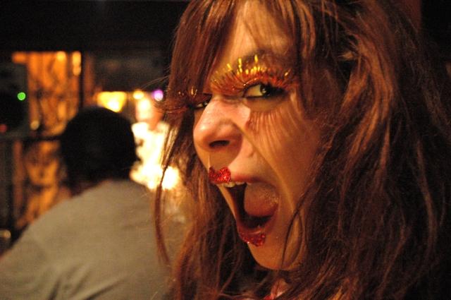 Vickie Gendreau, pas mal essitée pendant une lecture de Jean-Paul Daoust (Off-festival de poésie de Trois-Rivières, 2011).