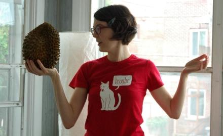 Zviane tenant un durian dans ses mains. Pour rien.